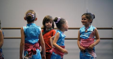 バレエ教室で女の子用の衣装を着用させてもらえず、少し切なげに女の子たちを見つめるサシャ=ドキュメンタリー映画『リトル・ガール』(11月19日公開)