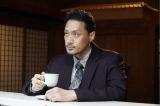 青山が淹れた珈琲を飲む二代目(内田朝陽)=テレビ東京系ドラマ『珈琲いかがでしょう』第7話(5月17日放送) (C)「珈琲いかがでしょう」製作委員会