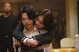 ぼっちゃん(宮世琉弥)に拘束されてしまった青山(中村倫也)=テレビ東京系ドラマ『珈琲いかがでしょう』第7話(5月17日放送) (C)「珈琲いかがでしょう」製作委員会