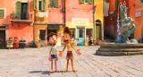 人間の姿に化けたルカとアルベルト(C)2021 Disney/Pixar. All Rights Reserved.