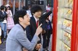 テレビ朝日『あのときキスしておけば』第4話より(左から)井浦新、松坂桃李 (C)テレビ朝日