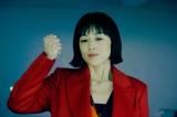 映画『リカ 〜自称28歳の純愛モンスター〜』(6月18日公開)メスを片手に不適な笑みを浮かべるリカ(高岡早紀) (C)2021映画『リカ 〜自称28歳の純愛モンスター〜』製作委員会