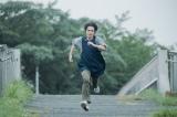 必死な面持ちでどこかへ走るもじくん(細田佳央太)=映画『子供はわかってあげない』(8月13日テアトル新宿先行公開、8月20日全国公開) (C)2020「子供はわかってあげない」製作委員会