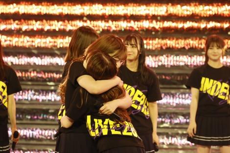 アンコールで抱き合う伊藤純奈と渡辺みり愛=『乃木坂46 アンダーライブ 2021』より