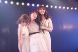 AKB48劇場公演で卒業した最後の1期生・峯岸みなみ(中央)を見届けた高橋みなみ(左)と小嶋陽菜(C)AKB48