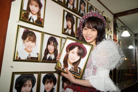 『AKB48峯岸みなみ卒業公演』後、壁掛け写真を外した峯岸みなみ(C)AKB48