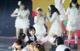 ファンも気づかず…3曲目の「LOVE修行」で後輩メンバーと同じ衣装で紛れていた大島優子(後列中央)(C)AKB48