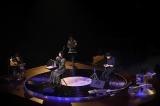 ターンテーブル状のステージで歌う竹内まりや&演奏する山下達郎=ライブ映像配信『LIVE Turntable Plus』より