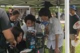 倉悠貴(右)と石内呂依(中)と一緒に演技を確認中=『夏、至るころ』 DVD7月2日発売&同時レンタル開始(C)2020「夏、至るころ」製作委員会
