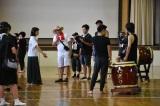 和太鼓の演奏シーンを説明する池田エライザ=『夏、至るころ』 DVD7月2日発売&同時レンタル開始(C)2020「夏、至るころ」製作委員会
