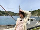 島根県中ノ島の移住者を取材する王林=『千鳥のニッポン未来島』TBS系28局ネットで6月6日放送 (C)RSK