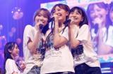 卒業を控える森保まどかを挟む宮脇咲良(左)と松岡はな(右)=『HKT48コンサート みんな 元気にしとった?』昼公演より(C)Mercury