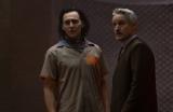 (左から)ロキ、メビウス=マーベル・スタジオ ドラマシリーズ第3弾『ロキ』ディズニープラスにて6月9日(水)より日米同時配信 (C)2021 Marvel