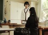 ジェンダーレス制服を着ている高校生を演じた宮下咲