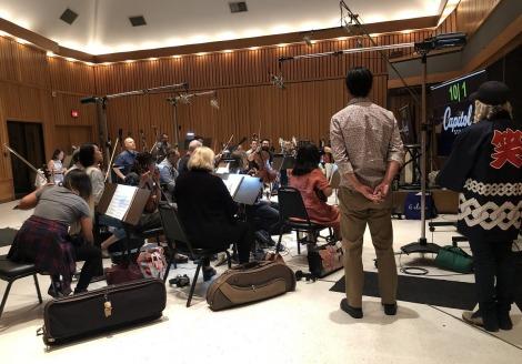 映画『トゥルーノース』(公開中)レコーディング風景。後ろ姿の右端より音楽監督を務めたマシュー・ワイルダー、清水ハン栄治(C)2020 sumimasen