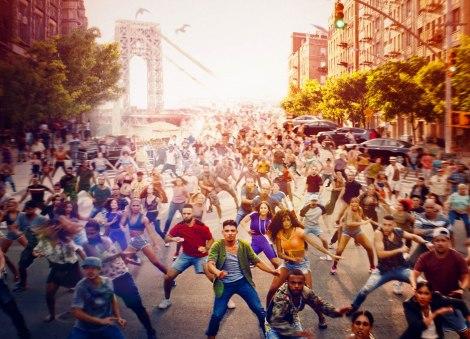 (1)躍動感あふれる群舞シーン=ミュージカル映画『イン・ザ・ハイツ』(7月30日公開)(C) 2020 Warner Bros. Entertainment Inc. All Rights Reserved