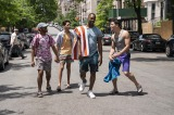(4)路上で談笑するウスナビたち=ミュージカル映画『イン・ザ・ハイツ』(7月30日公開)(C) 2020 Warner Bros. Entertainment Inc. All Rights Reserved