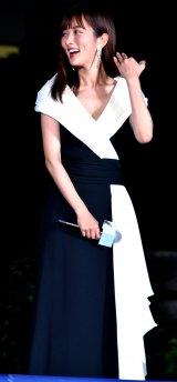 胸元ざっくりなドレスで登壇した夏菜 (C)ORICON NewS inc.