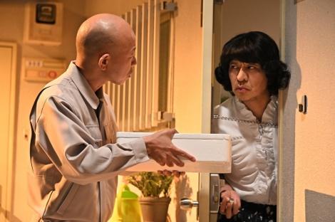 バイきんぐ・小峠(左)との2人コントを披露する松本人志 (C)TBS