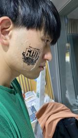 『オードリーのオールナイトニッポン(ANN)』が600回 春日俊彰の顔にタトゥーシール(C)ニッポン放送
