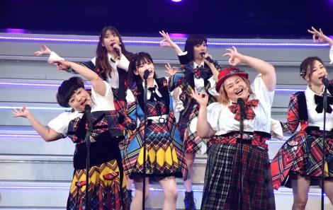 ライブイベント『AKB48 THE AUDISHOW』でAKB48とともにヘビーローテションを踊るおかずクラブ (C)ORICON NewS inc.