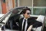 サングラスをかけ、ブラックスーツに身を包んだミステリアスなボディーガード姿の中川大志(C)2021マチトム製作委員会