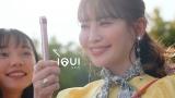 『IQUI』新WEB CM「一瞬の思い出、ぜんぶ撮ろう」篇に出演する小嶋陽菜