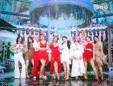 韓国のK-POP番組『SBS人気歌謡』で新曲「Alcohol-Free」を披露したTWICE(C)SBS