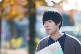 いつかが近所の公園で何度も出会う男(渡辺大知)=映画『Ribbon』(2022年公開)(C)「Ribbon」フィルムパートナーズ