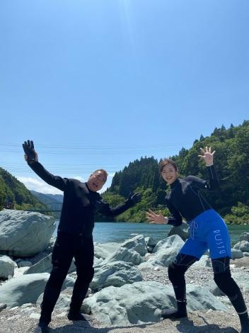 『世界の果てまでイッテQ!』に出演する出川哲朗、横田真悠(C)日本テレビ