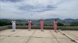 『世界の果てまでイッテQ!』出川哲朗と出川ガールの4ショット