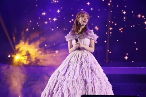 淡い桜色のドレスで卒業スピーチをした宮脇咲良(C)Mercury