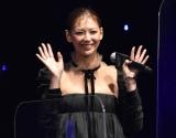 """西内まりや、黒ドレスで""""美デコルテ""""披露 4年ぶり女優復帰作をアピール"""