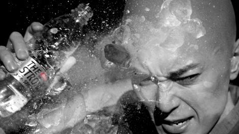 『サントリー THE STRONG 天然水スパークリング』新TVCM「強く、清く」篇に出演する間宮祥太朗