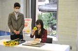 いけばなを体験するNMB48・梅山恋和