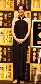 中村アン、肩出しドレスで登場