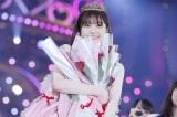 メンバー全員からもらった赤いバラの花束を抱えて笑顔を見せる松村沙友理