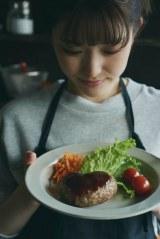 松村沙友理 卒業記念写真集『次、いつ会える』パネル展より「次、なに食べる?」(紀伊國屋書店梅田本店)