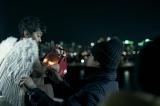 映画『アジアの天使』(公開中)に登場する天使を演じる芹澤興人と石井裕也監督 (C)2021 The Asian Angel Film Partners