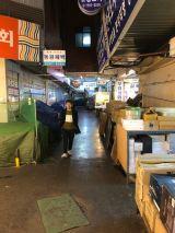 2019年11月、ソウルの市場を見学する天使。photo by 池松壮亮=映画『アジアの天使』(公開中)オフショット(C)2021 The Asian Angel Film Partners