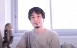 『乃木坂に、越されました 〜AKB48、色々あってテレ東からの大逆襲!〜』のMCを務めるひろゆき(C)「乃木坂に、越されました」製作委員会