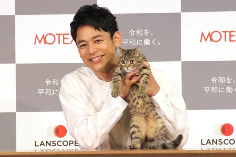 子猫からの猫パンチに赤面していた妻夫木聡=『MOTEX 新TVCM発表会』 (C)ORICON NewS inc.
