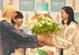 誕生日のサプライズに花束をもうら榮倉奈々(右) (C)ORICON NewS inc.