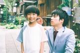 新金曜ドラマ『#家族募集します』で重岡大毅(ジャニーズWEST・右)と親子役を演じる佐藤遙灯(左) (C)TBS