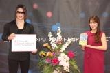 『IT トレンド EXPO2021 summer』に登場した(左から)ローランド、鷲見玲奈 (C)ORICON NewS inc.