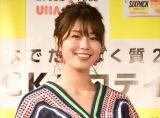 稲村亜美、体操座りで美脚チラリ