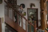 慌てて階段を降りてくる俊夫(柄本佑)(C)2021「先生、私の隣に座っていただけませんか?」製作委員会
