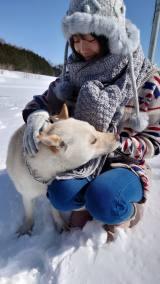 雪原のなかで笑顔を見せる櫻坂46・田村保乃(写真集公式ツイッターより)