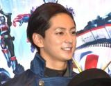 『セイバー+ゼンカイジャー スーパーヒーロー戦記』公開初日舞台あいさつに登壇した山口貴也