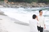 柳楽優弥にカメラ向ける三浦春馬(C)2021 ELEVEN ARTS STUDIOS / 「太陽の子」フィルムパートナーズ